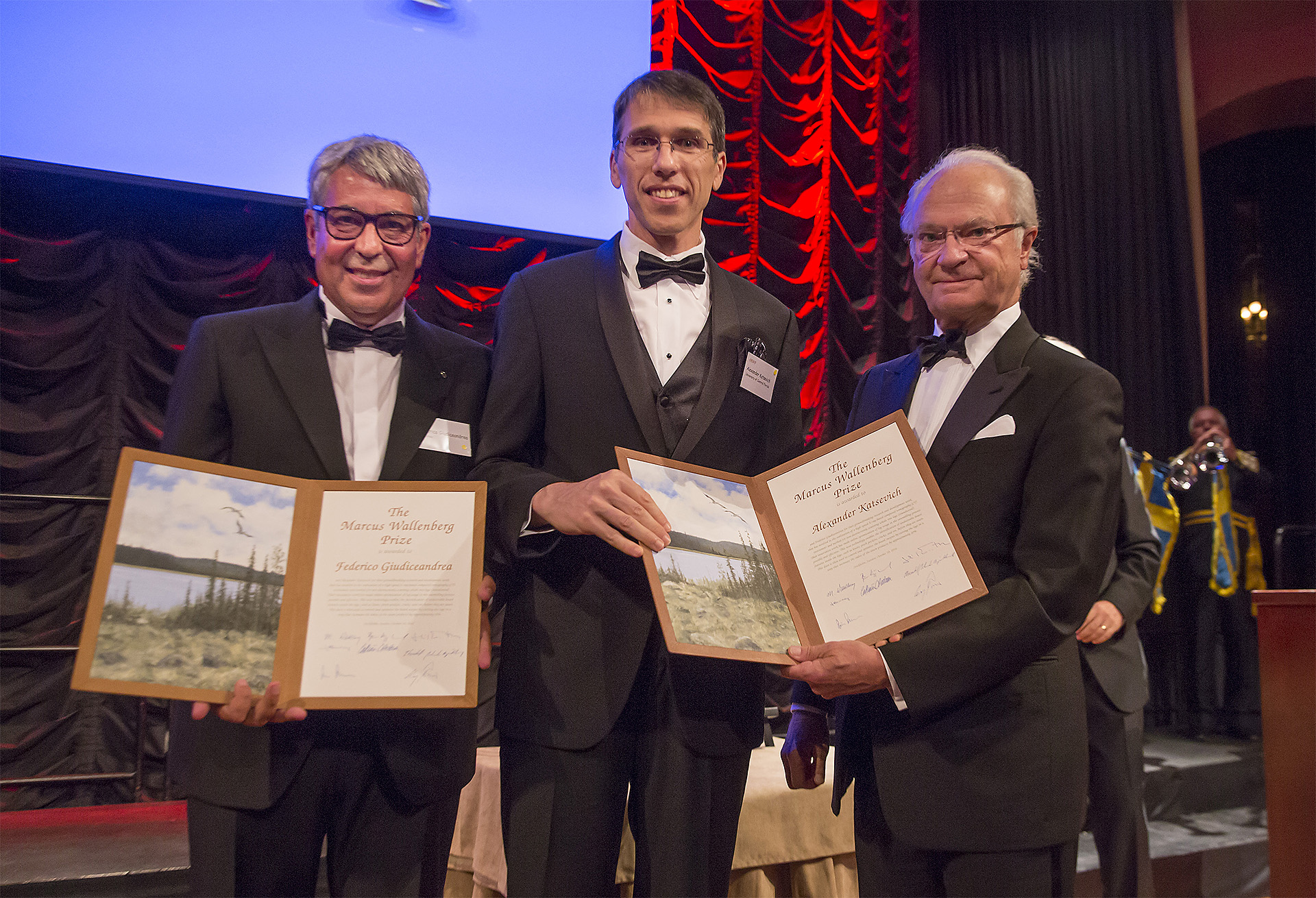 Marcus Wallenberg Prize laureates Federico Giudiceandrea and Alexander Katsevich recieve their diplomas from His Majesty the King of Sweden.
